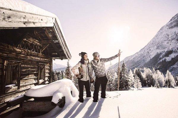 Camminare in montagna in inverno a Seefeld Leutasch Tirolo